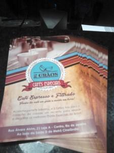 design-impresso-site-grafica-centro-rj-rio-de-janeiro-logotipo-folder-colorido-frente-quadro-negro-cafeteria