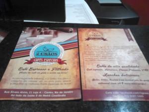 design-impresso-site-grafica-centro-rj-rio-de-janeiro-logotipo-folder-colorido-verso-quadro-negro-cafeteria